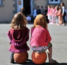 Petites filles dans la cour de récréation
